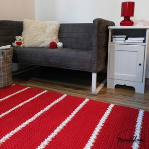 Piros szőnyeg dekoratív csíkmotívummal, Otthon & Lakás, Lakástextil, Szőnyeg, Horgolás, Friss, fiatalos, modern hangulatú varázsszőnyeg. A lakás bármely részét feldobja, feltűnő és szemet ..., Meska