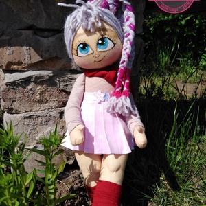 Glenda nevű baba a Manyikák babaműhelyből, Gyerek & játék, Játék, Baba, babaház, Otthon & lakás, Dekoráció, Képzőművészet, Baba-és bábkészítés, Festett tárgyak, Ő itt egy nagyon menő és csinos Manyi baba. Imádnivaló pofijával és csámpás lábikójával egy igazán s..., Meska