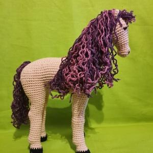 Horgolt lovacska , Játék & Gyerek, Plüssállat & Játékfigura, Ló, Horgolás, Tiszta pamutból készült, szintetikus anyaggal töltött, horgolt játék ló. 21 cm magas és 17 cm hosszú..., Meska