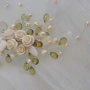 Romantikus,rózsás,krém fejdísz, Esküvő, Hajdísz, Kontydísz & Hajdísz, Gyöngyfűzés, gyöngyhímzés, Ékszerkészítés, Különleges,féloldalas menyasszonyi fejdísz.Egyedi ékszer.\nAnyaga:kagyló levél,tenyésztett gyöngy,üve..., Meska