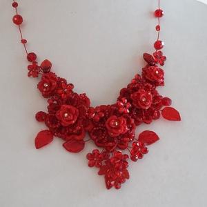 Piros lánc,nyakék, Esküvő, Ékszer, Gyöngyfűzés, gyöngyhímzés, Ékszerkészítés, Különleges menyecske lánc.\nAz ékszer anyaga, gyöngy, levél,kristály,csipke\n\nSzín:piros\nMéret:47 cm+h..., Meska