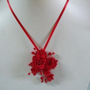 Piros   rózsás ,  lánc, Esküvő, Ékszer, Nyaklánc, Gyöngyfűzés, gyöngyhímzés, Ékszerkészítés, Különleges menyecske lánc.\nAz ékszer anyaga, gyöngy, levél,textil  csipke,textil virág.\n\nSzín:piros\n..., Meska