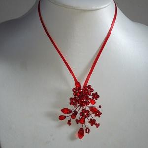 Piros   apró,virágos   lánc, Esküvő, Ékszer, Nyaklánc, Gyöngyfűzés, gyöngyhímzés, Ékszerkészítés, Különleges menyecske lánc.\nAz ékszer anyaga, gyöngy, levél, virág.\n\nSzín:piros\nMéret:46 cm+hosszabbí..., Meska