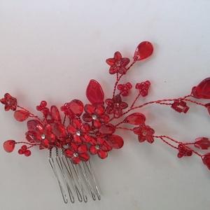 Piros ,  féloldalas fejdísz, Esküvő, Hajdísz, Gyöngyfűzés, gyöngyhímzés, Ékszerkészítés, Különleges menyecske fejdísz.\nAz ékszer anyaga, gyöngy, levél,kristály.\n\nSzín:piros\nMéret:10x6 cm \n ..., Meska