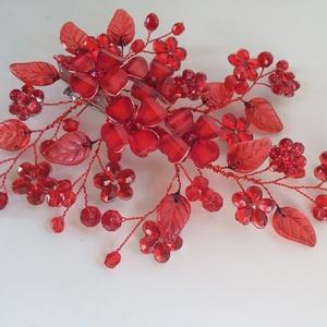 Piros ,  féloldalas fejdísz, Esküvő, Hajdísz, Gyöngyfűzés, gyöngyhímzés, Ékszerkészítés, Különleges menyecske fejdísz.\nAz ékszer anyaga, gyöngy, levél,kristály, virág.\n\nSzín:piros\nMéret:11x..., Meska