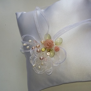 Fehér gyűrűpárna , szines virágokkal., Gyűrűtartó & Gyűrűpárna, Kiegészítők, Esküvő, Varrás, Gyöngyfűzés, gyöngyhímzés, Fehér  gyűrűpárna.A gyűrűk szalagra köthetők.\nVatelinnel tömve.\nAnyaga:düsessz ,organza szalag ,gyön..., Meska