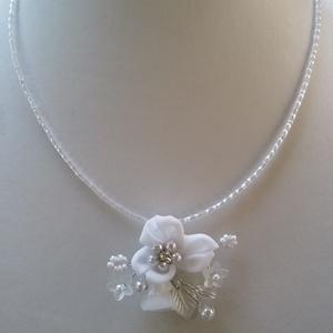 Fehér   lánc , virágos medállal, Nyaklánc, Ékszer, Esküvő, Gyöngyfűzés, gyöngyhímzés, Ékszerkészítés, Különleges  fehér lánc .\nAz ékszer anyaga :  Textil virág ,japán tekla gyöngy ,levél .\n\nSzín:  Fehér..., Meska