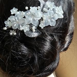Fehér ,3 matt virágos fejdísz., Kontydísz & Hajdísz, Hajdísz, Esküvő, Gyöngyfűzés, gyöngyhímzés, Ékszerkészítés, Különleges, menyasszonyi fejdísz.Egyedi ékszer.\nAnyaga:  gyöngy ,  virág, japán tekla. \n levél, \n\nSz..., Meska