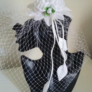 Modern,madárfészek tüllös menyasszonyi fejdísz,fehér, Esküvő, Esküvői ékszer, Gyöngyfűzés, gyöngyhímzés, Ékszerkészítés, Különleges virágos,tüllös fejdísz.\nA fejdísz anyaga: textil\n\nSzín:fehér\nMéret:virág 10cm átmérő\n    ..., Meska