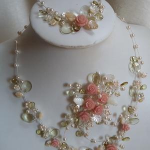 Romantikus,rózsás menyasszonyi ékszer garnitúra,színes, Ékszerszett, Ékszer, Esküvő, Gyöngyfűzés, gyöngyhímzés, Ékszerkészítés, Az ékszer garnitúra láncból,fejdíszből,karkötőből áll.\nAz ékszer anyaga:kagyló levelek,japán tekla g..., Meska
