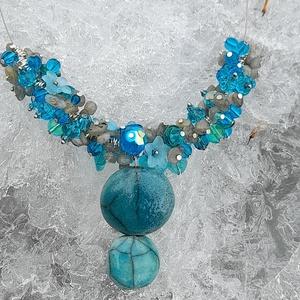 Kék , türkiz árnyalatokkal nyaklánc, Ékszer, Nyaklánc, Gyöngyös nyaklác, Gyöngyfűzés, gyöngyhímzés, Ékszerkészítés, Különleges nyaklánc .\nAz ékszer anyaga: üveg , kristály , ásvány  gyöngyök.  Kerámia medál\n\nSzín: Kü..., Meska