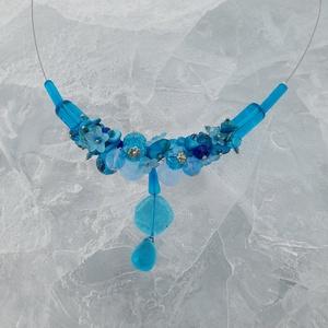 Kék ,  árnyalatokkal nyaklánc, Ékszer, Nyaklánc, Gyöngyös nyaklác, Gyöngyfűzés, gyöngyhímzés, Ékszerkészítés, Különleges nyaklánc .\nAz ékszer anyaga: üveg , kristály , ásvány  gyöngyök. \n\nSzín: Különböző  kék  ..., Meska