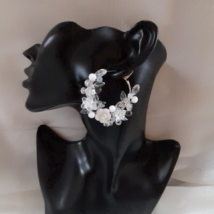 Fehér , virágos , karika fülbevaló ., Esküvő, Ékszer, Gyöngyfűzés, gyöngyhímzés, Ékszerkészítés, Különleges fülbevaló\nAz ékszer anyaga:  Kerámia virág ,üveg levél, gyöngy .\nSzín:  Fehér\nMéret:4 cm ..., Meska