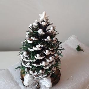 Óriás toboz Fenyőfácska Asztali dísz , Karácsonyi dekoráció, Karácsony & Mikulás, Otthon & Lakás, Festett tárgyak, Virágkötés, Karácsonyi hangulatú. Fa korongtalppal. Óriás tobozból készült asztali dísz.\nMéretei : Fa korong tal..., Meska