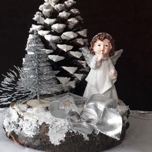 karácsonyi angyalkás asztaldisz, Otthon & Lakás, Karácsony & Mikulás, Karácsonyi dekoráció, Virágkötés, kb.10cm. átmérőjühavas fakorongon 10cm. magas tobozfenyő, előtte kerámia angygyalka és kis ezüst fen..., Meska