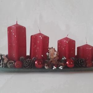 Üvegtálra készitett piros gyertyás adventi asztaldisz, Otthon & Lakás, Karácsony & Mikulás, Adventi koszorú, Virágkötés, Az asztaldiszt 40 cm hosszú 10 cm. széles üvegtálra készitettem. A gyertyák 12 cm. magasak.Az asztal..., Meska