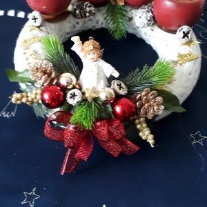 Piros félgömb alakú gyertyás kötött sálas adventi koszorú, Otthon & Lakás, Karácsony & Mikulás, Adventi koszorú, Kötés, Virágkötés, A koszorúalapot fehér kötött csipkesállal vontam be., amire piros félgömb alakú gyertyák kerültek. A..., Meska