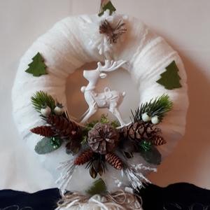 Fehér sállal körbevont szarvasos ajtó kopogtató, Otthon & Lakás, Karácsony & Mikulás, Karácsonyi kopogtató, Virágkötés, A koszorúalapot fehér kötött sállal tekertem be,amire fehér rénszarvas került. A kopogtató 25 cm. át..., Meska
