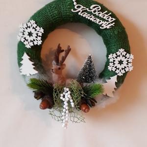 ,,Karácsonyi erdő,, zöld alapú ajtókopogtató szarvassal, Otthon & Lakás, Karácsony & Mikulás, Karácsonyi kopogtató, Virágkötés, A  25 cm. átmérőjü alapot zöld jutaszalaggal vontam be, amire egy fekvő szarvast ültettem. Mini feny..., Meska