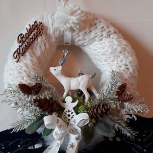 Kötött sálas fehér rénszarvasos karácsonyi ajtódisz, Otthon & Lakás, Karácsony & Mikulás, Karácsonyi kopogtató, Virágkötés, Az alapot fehér kötött sállal vontam be, amire fehér rénszarvas dekorációt tettem. Műfenyővel, zöld ..., Meska