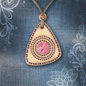 Rózsaszín csepp alakú hímzett medál, Medál, Nyaklánc, Ékszer, Hímzés, Ékszerkészítés, A különleges nyakláncok kedvelőinek egy igazán szemet gyönyörködtető medált hímeztem.\nTökéletes kieg..., Meska