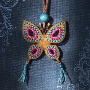 Pillangós ,hímzett medál, táska dísz, kulcstartó, dekoráció, Medálos nyaklánc, Nyaklánc, Ékszer, Gravírozás, pirográfia, Hímzés, Ezt az egyedi készítésű hímzett pillangót több féle módon is felhasználhatod.\nNyakláncnak,táskadíszn..., Meska