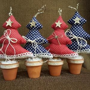 Karácsonyfák cserépben, Dekoráció, Otthon & lakás, Ünnepi dekoráció, Karácsony, Lakberendezés, Varrás, Piros alapon fehér pöttyös,  és kék alapon fehér pöttyös pamutvászonból készült kis karácsonyfák min..., Meska