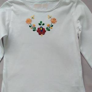 Hímzett kislány póló, Ruha & Divat, Póló, Babaruha & Gyerekruha, Matyó mintával hímzett kislány hosszúujjú póló. Mérete 2 és 3 . Rendelhető., Meska