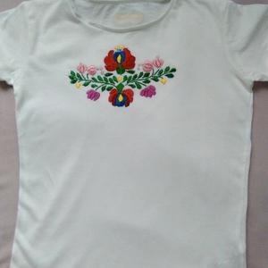 Lányka póló , Táska, Divat & Szépség, Gyerekruha, Ruha, divat, Gyerek (1-10 év), Hímzés, Himzett rövidújju lányka póló. Mérete 10 évesre való. , Meska