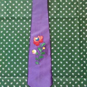 Lila himzett nyakkendő, Nyakkendő, Férfi ruha, Ruha & Divat, Hímzés, Varrás, Egyedi kézzel himzett nyakkendő. A nyakendőt is én készítettem.Rendelhető más  színben is, Meska