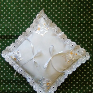 Gyűrűpárna, Esküvő, Gyűrűtartó & Gyűrűpárna, Kiegészítők, Kézzel hímzett matyó motívummal készült fehé gyűrűpárna. Mérete 22x22 cm., Meska