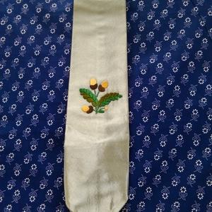 Vadász nyakkendő, Férfiaknak, Horgászat, vadászat, Hímzés, Varrás, Vadász vagy Erdész nyakkendő. Szatén anyagra kézzel hímzett motívum., Meska