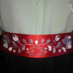 Piros szatèn öv., Esküvő, Kiegészítők, Öv & Pánt, Hímzés, A képen látható termék készleten van. Megrendelésre készül.Piros szatèn övre himzett hófehér matyó m..., Meska