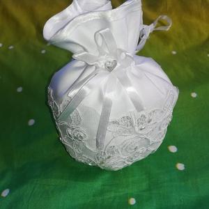 Hófehér menyasszonyi szütyő, Esküvő, Esküvői dekoráció, Hajdísz, ruhadísz, Hímzés, Varrás, Hófehér szatén selyem anyagból készült menyasszonyi szütyő az  apróságok számára gyönyörű hímzéssel ..., Meska