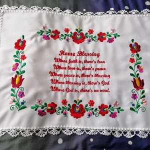 Angol matyó , Otthon & Lakás, Dekoráció, Kézzel hímzett angol nyelvű házi áldás. Széle kézzel horgolt.  Kiváló ajándék.  Mérete 40x53 cm..., Meska