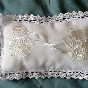 Fehér rózsa , Esküvő, Kiegészítők, Gyűrűtartó & Gyűrűpárna, Kézzel hímzett  gyűrűpárna. A széle légcsipke. Mérete 8x15 cm, Meska