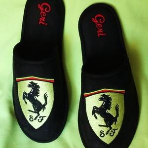 Szoba papucs Férfiaknak Ferrari logóval hímezve, névre szólóan., Táska, Divat & Szépség, Cipő, papucs, Férfiaknak, Varrás, Hímzés, Lakásban hordható szivacsos plüss és fekete nubuk hatású szövetből  készített szoba papucs. A járó f..., Meska