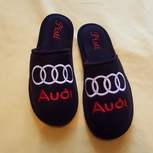 Szobapapucs Férfiaknak Audi logóval hímezve, névre szólóan., Táska, Divat & Szépség, Cipő, papucs, Férfiaknak, Varrás, Hímzés, Lakásban hordható szivacsos plüss és fekete nubuk hatású szövetből  készített, fejrészén hímzett  sz..., Meska