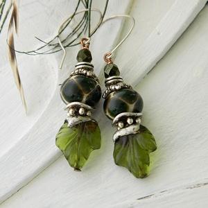 Erdőtündér - lámpagyöngy fülbevaló, rusztikus üveggyöngy fülbevaló, zöld fülbevaló, bohém fülbevaló, törzsi etno füli, Ékszer, Fülbevaló, Esküvő, Esküvői ékszer, Ékszerkészítés, Üvegművészet, A fülbevalók lámpagyöngyeit magam olvasztottam gázláng fölött muranoi üvegrúdból.\nAkasztója ezüstözö..., Meska