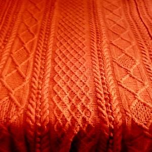 Családi ágyra készült, kézzel kötött gyapjú takaró , Lakberendezés, Otthon & lakás, Lakástextil, Takaró, ágytakaró, Kötés, Kézzel kötött, vastag, meleg, gazdagon mitázott, élénk vérnaracs szinű, birkagyapjúbül készült ágyta..., Meska