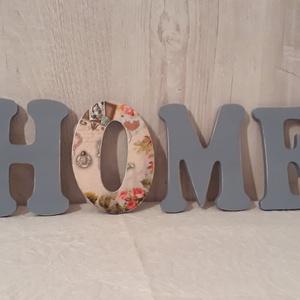 2 részes lakásdekoráció, ajándék!, Dekoráció, Otthon & lakás, Lakberendezés, Ajtódísz, kopogtató, Asztaldísz, Decoupage, transzfer és szalvétatechnika, Virágkötés, A képen látható 2 részes dekoráció, egy fából vágott HOME feliratból, és egy fa ajtódíszből áll, ami..., Meska
