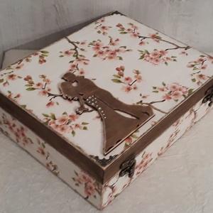 Vicces, esküvői ajándékdoboz!, Esküvő, Nászajándék, Esküvői dekoráció, Decoupage, transzfer és szalvétatechnika, A 12 rekeszes fából készült dobozt natúr állapotban vásároltam.\nAlapozás után fehér és beige akrilfe..., Meska
