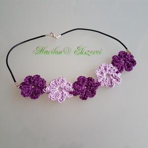 Lila nyakpánt, Ékszer, Horgolás, Nyakpánt lila színárnyalattal. Virágok, kellemes színfolt egy kivágott ruhához.\nDelfin kapoccsal zár..., Meska