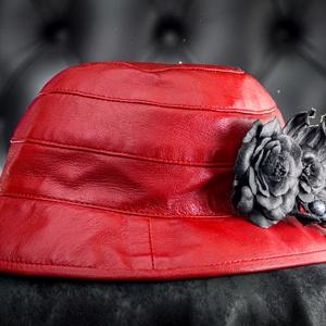 Női kalap, Kalap, Sál, Sapka, Kendő, Ruha & Divat, Bőrművesség, Varrás, Valódi puha juh bőrből készült női bőrkalap bordó színben fekete bőrvirággal díszítve.\nFejkerület 57..., Meska