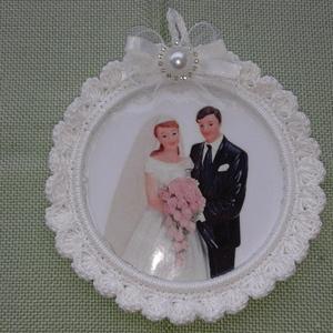 Horgolt képkeret esküvőre, Esküvő, Dekoráció, Meghívó, ültetőkártya, köszönőajándék, Horgolás, Mindenmás, Körbe horgoltam egy fém karikát és 200 mikronos lamináló fóliából készítettem magát a kép tartó tas..., Meska