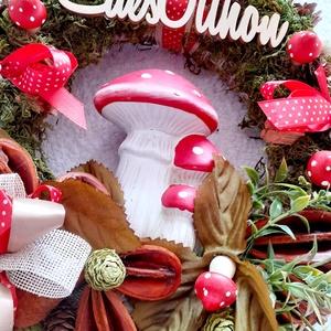Gombák és pöttyök kopogtató, Otthon & Lakás, Dekoráció, Ajtódísz & Kopogtató, Virágkötés, Ezt a kopogtatót a piros alapon fehér pöttyök ihlették.A kopogtató közepére egy piros pöttyös \nkerám..., Meska
