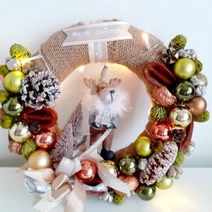 Karácsonyi ajtódísz rénszarvas figurával és világítással, Karácsony & Mikulás, Karácsonyi kopogtató, Virágkötés, Ez a karácsonyi kopogtató zöld-bronz-arany-fehér  színek kombinációja.A koszorú alapot nyers színű s..., Meska