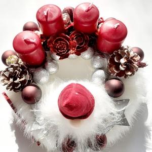 Hosszú szakáll /Bordó-fehér adventi asztaldísz, Karácsony & Mikulás, Adventi koszorú, Virágkötés, Fehér szőrmés alapra bordó gyertyákat helyeztem és az elején egy bordó sapkás manó kap\nhelyett.Bordó..., Meska