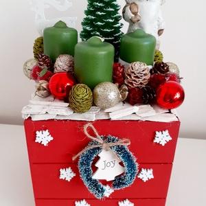 Télapó az erdőben/adventi box, Karácsony & Mikulás, Adventi koszorú, Virágkötés, Ez az adventi asztaldíszem a karácsony hagyományos színeire épül.A zöld gyertyák és a zöld fenyőfa f..., Meska