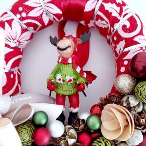 Rénszarvas mikulás ruhában /karácsonyi kopogtató, Karácsony & Mikulás, Karácsonyi kopogtató, Virágkötés, A koszorú alapot piros alapon fehér mikulás virágos szalaggal vontam be.Az alját szalagrózsával,piro..., Meska